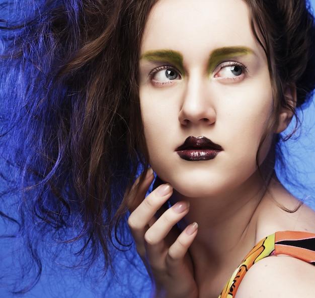 Mulher jovem e bonita com maquiagem brilhante