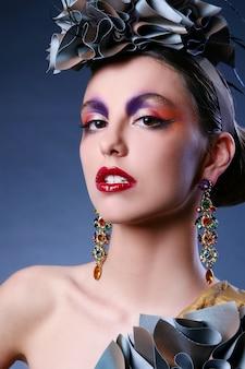 Mulher jovem e bonita com maquiagem criativa