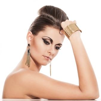 Mulher jovem e bonita com maquiagem de noite
