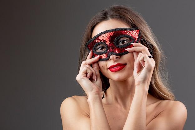 Mulher jovem e bonita com máscara de carnaval