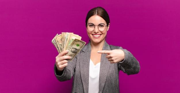 Mulher jovem e bonita com notas de dólar