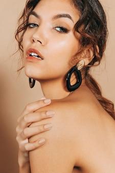 Mulher jovem e bonita com ombros nus