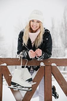 Mulher jovem e bonita com patins de gelo, close-up