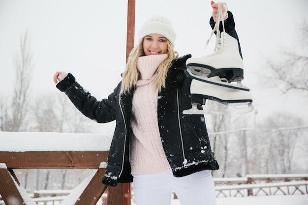 Mulher jovem e bonita com patins de gelo