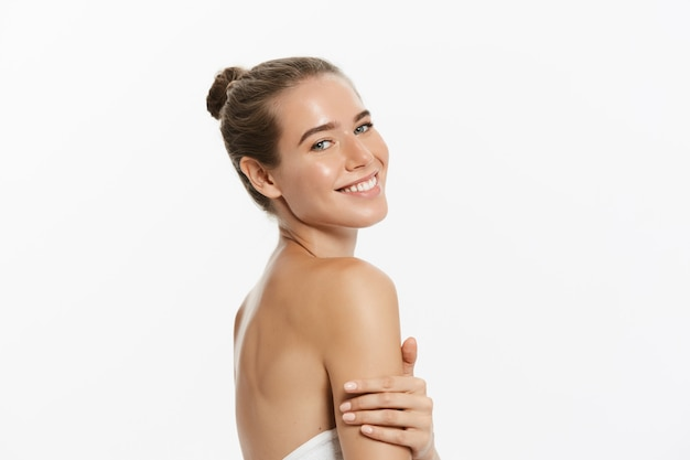 Mulher jovem e bonita com pele fresca limpa toque próprio rosto. tratamento facial.