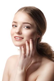 Mulher jovem e bonita com pele limpa e fresca em branco