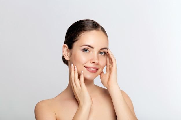 Mulher jovem e bonita com pele limpa, fresca. cuidados com o rosto. tratamento facial. cosmetologia, beleza e spa