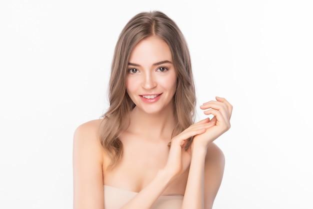 Mulher jovem e bonita com pele limpa, fresca em fundo branco, cuidados faciais, tratamento facial, cosmetologia, beleza e spa, retrato de mulheres asiáticas.