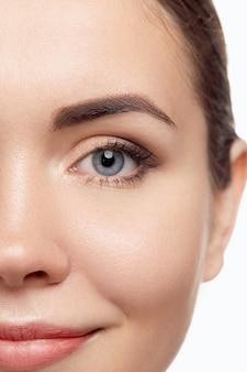 Mulher jovem e bonita com pele limpa, fresca. olho feminino. tratamento facial. beleza e spa. skin care.cosmetics. maquiagem