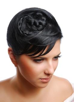 Mulher jovem e bonita com penteado moderno isolado em um branco