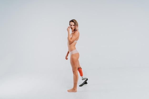 Mulher jovem e bonita com perna protética