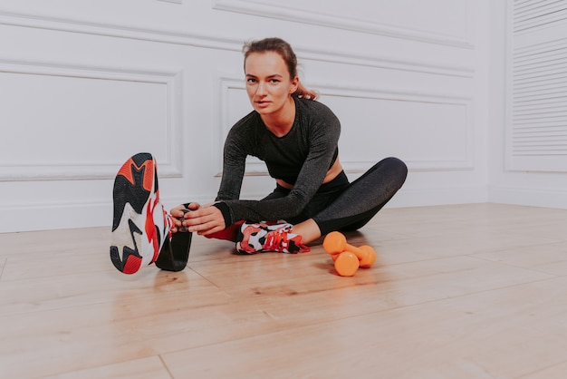 Mulher jovem e bonita com prótese de perna, alongando-se