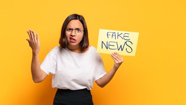 Mulher jovem e bonita com quadro de notícias falso