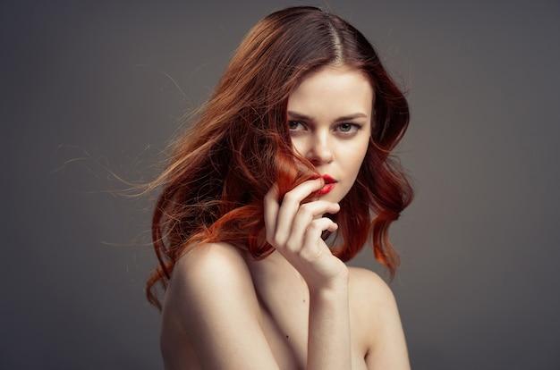 Mulher jovem e bonita com retrato de cabelo vermelho