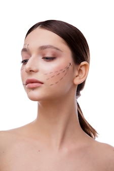 Mulher jovem e bonita com rosto de pele limpa e fresca tratamento facial de menina cosmetologia beleza e spa