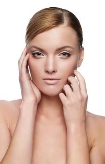 Mulher jovem e bonita com rosto saudável e pele limpa