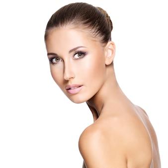 Mulher jovem e bonita com rosto saudável, isolado no branco.