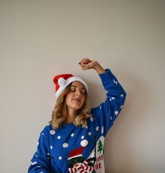 Mulher jovem e bonita com roupa de natal azul fofa