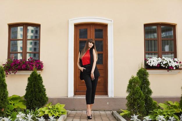 Mulher jovem e bonita com roupa moderna posando ao ar livre em um dia ensolarado de verão