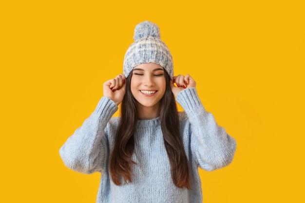 Mulher jovem e bonita com roupas de inverno