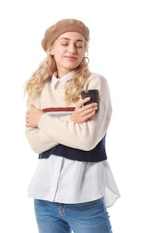 Mulher jovem e bonita com roupas de outono e com café na superfície branca