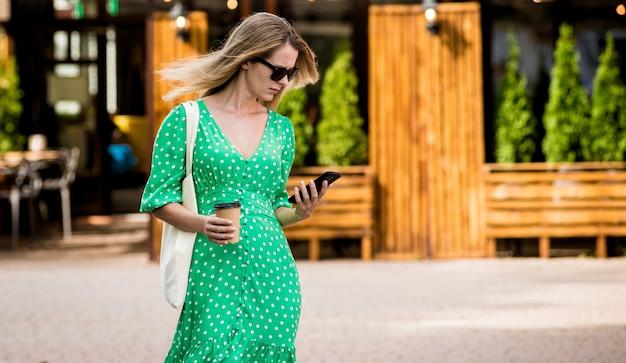Mulher jovem e bonita com saco ecológico de linho no fundo da cidade