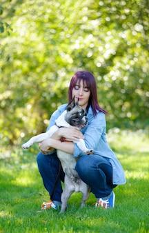 Mulher jovem e bonita com seu cachorro bulldog francês