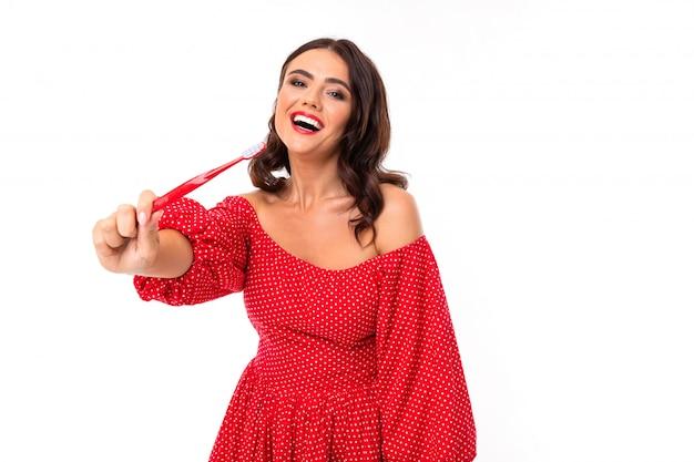 Mulher jovem e bonita com sorriso perfeito e escova de dente aconselha regularmente escovar os dentes, imagens isoladas