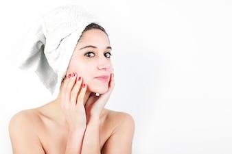 Mulher jovem e bonita com toalha enrolada em volta do pescoço