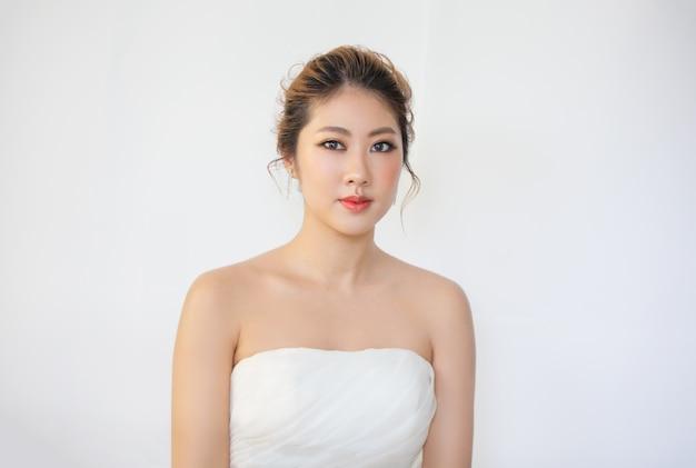Mulher jovem e bonita com toque de pele fresca limpa próprio rosto tratamento facial cosmetologia beleza e spa