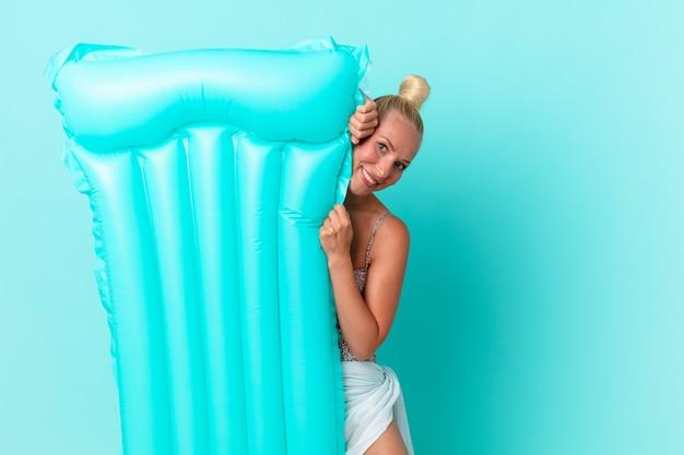 Mulher jovem e bonita com um colchão inflável. conceito de verão