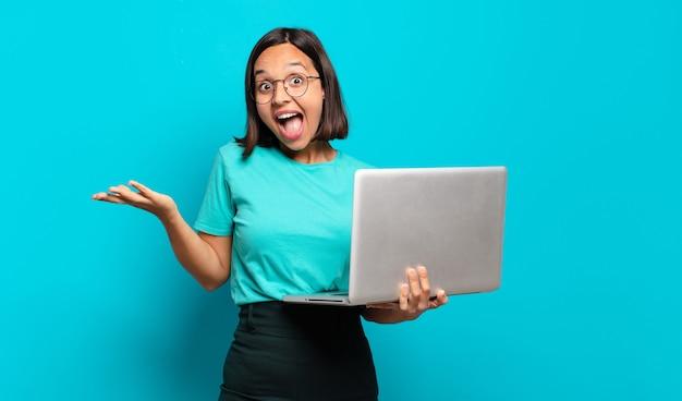 Mulher jovem e bonita com um laptop