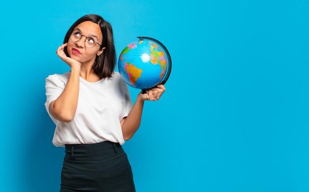 Mulher jovem e bonita com um mapa do globo terrestre