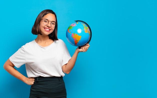 Mulher jovem e bonita com um mapa do globo