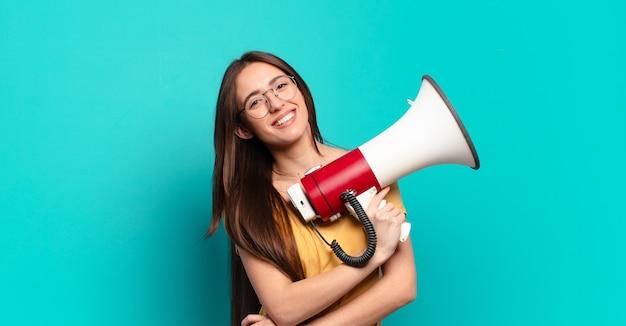 Mulher jovem e bonita com um megafone