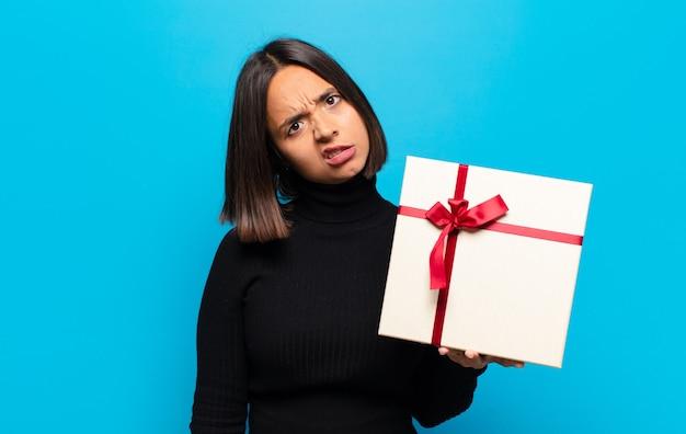 Mulher jovem e bonita com um presente