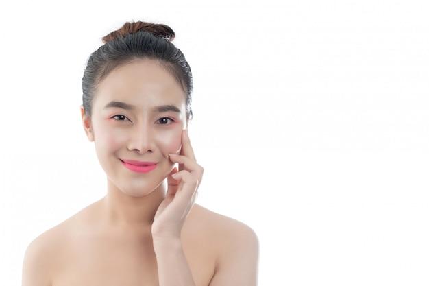 Mulher jovem e bonita com um sorriso feliz expressões faciais e gestos à mão, conceitos de beleza e spa