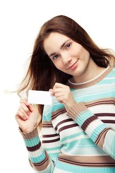 Mulher jovem e bonita com um suéter segurando um cartão de visita em branco