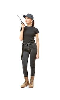 Mulher jovem e bonita com uniforme de segurança
