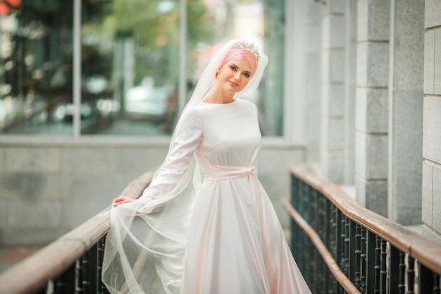 Mulher jovem e bonita com vestido branco islâmico tradicional