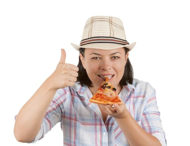 Mulher jovem e bonita comendo uma fatia de pizza em um fundo branco