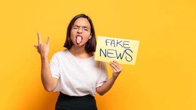 Mulher jovem e bonita. conceito de notícias falsas