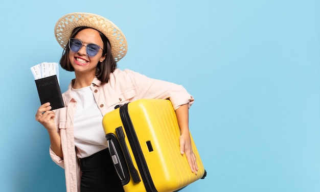 Mulher jovem e bonita. conceito de viagens ou férias Foto Premium