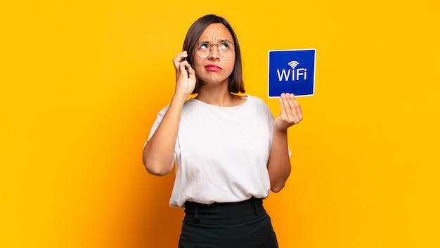 Mulher jovem e bonita. conceito wi-fi
