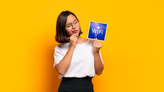 Mulher jovem e bonita. conceito wi-fi Foto Premium
