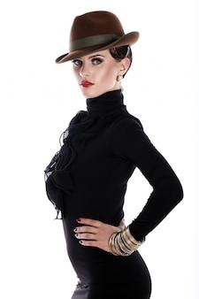 Mulher jovem e bonita de chapéu