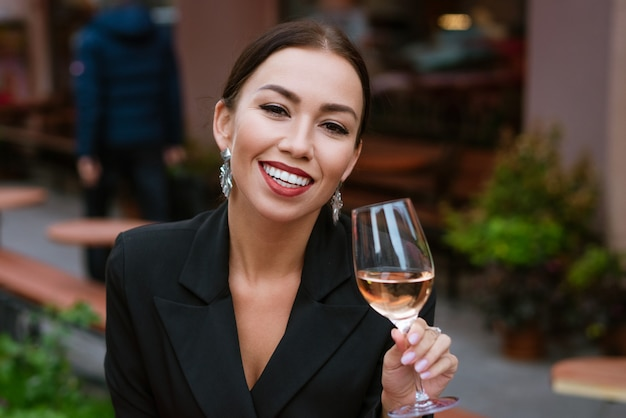 Mulher jovem e bonita de etnia caucasiana linda maquiagem e batom vermelho nos lábios em preto.