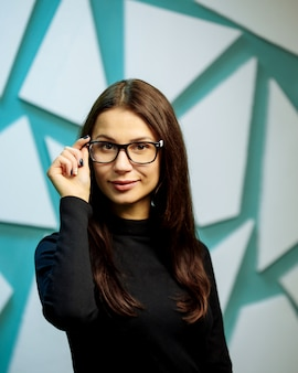 Mulher jovem e bonita de óculos.