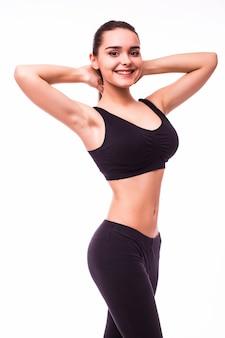 Mulher jovem e bonita, desportiva, musculosa, isolada contra um fundo branco
