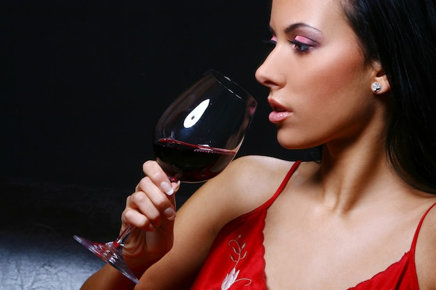 Mulher jovem e bonita drinkink vinho